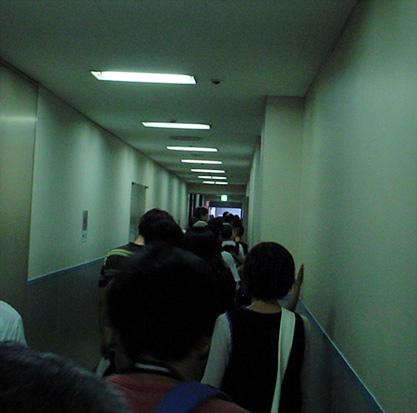 04廊下で列.jpg